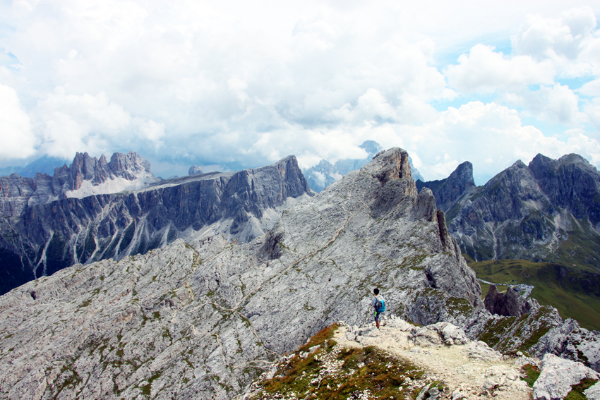 ヌヴォラウ東側からの登頂ルートを見下ろす次男