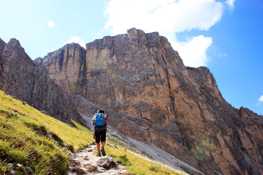 登山する次男の後ろ姿