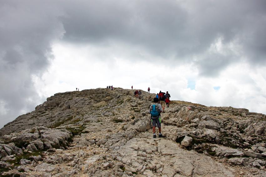 空に向かって伸びる登山道