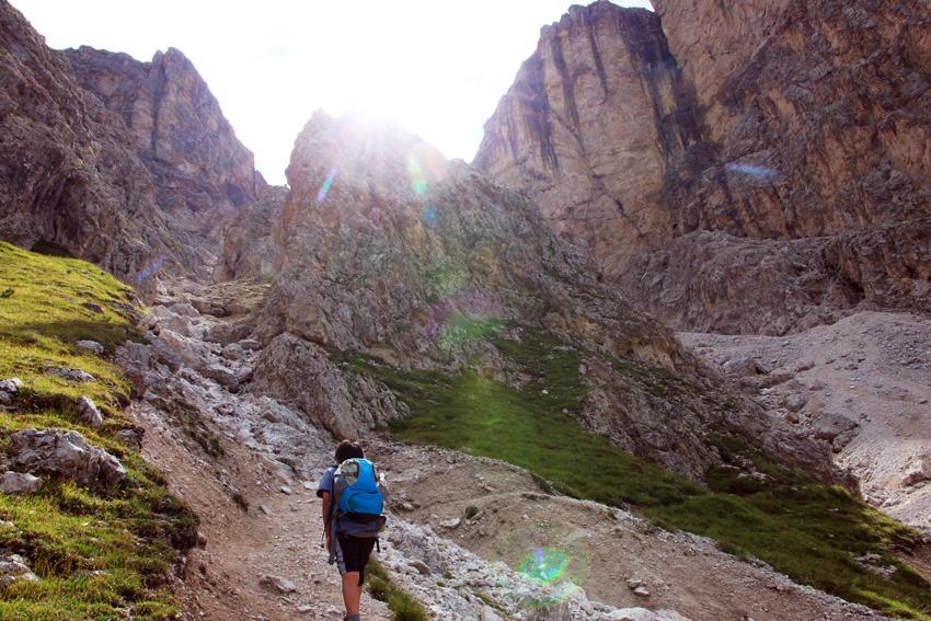リュックを背負って崖の急斜面を登る次男