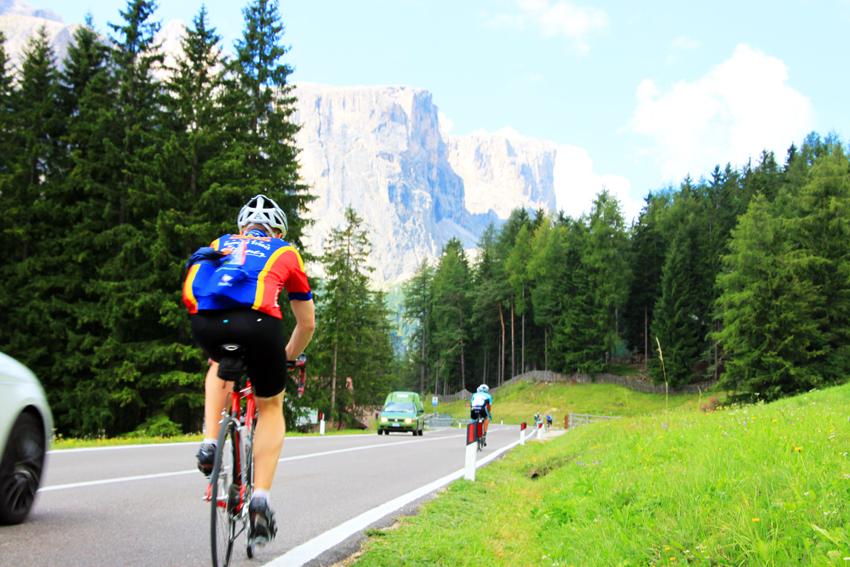 コルチナダンペンッツォでは多くの人がサイクリングを楽しんでいる