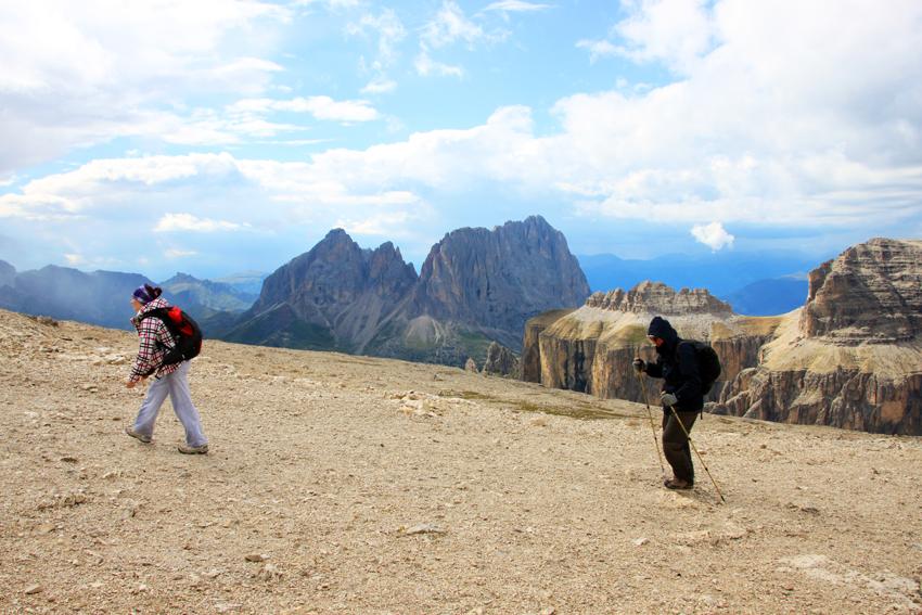 山頂付近でトレッキングをする観光客
