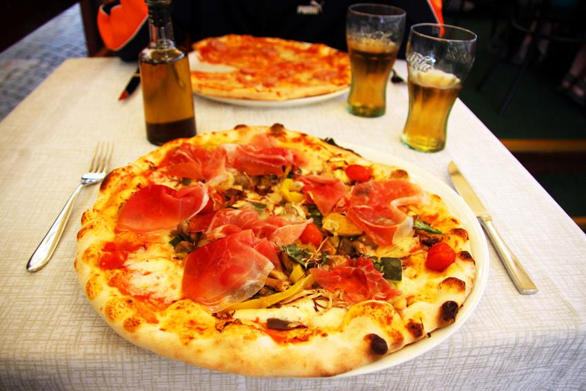 生ハムとキノコのピザ