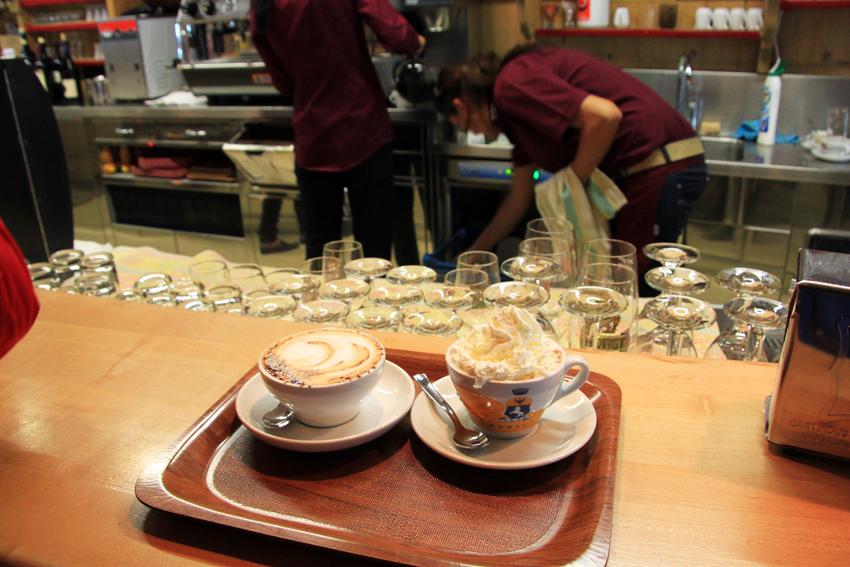 カフェでオーダーしたカプチーノとホッとチョコレート