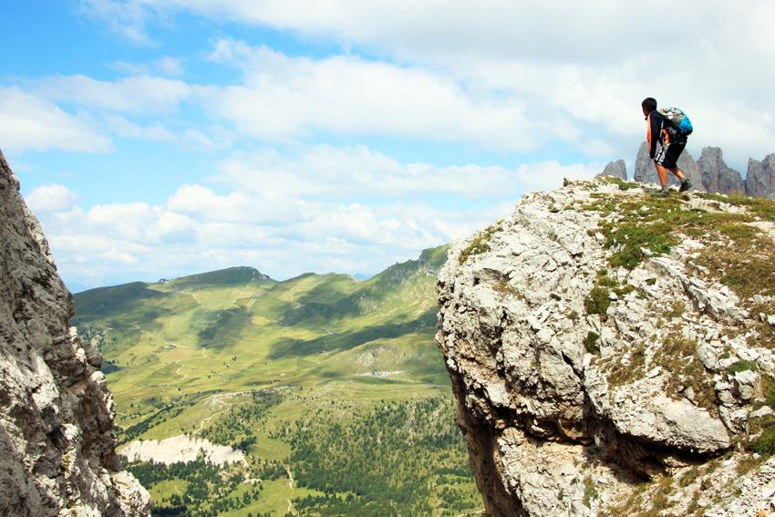 空中に突き出た岩の上に立つ次男