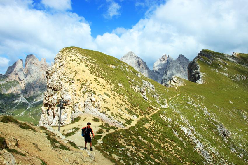 コルデラピエレス山頂、サンタクリスティーナ、セルヴァの分岐点となるFURCELA DE PIZAを歩く次男