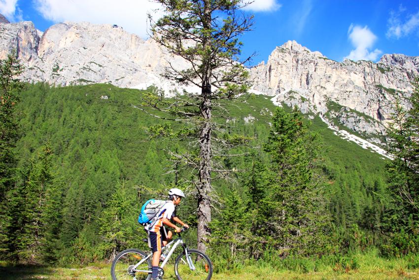 コルチナダンペンッツォの山中でサイクリングを楽しむ次男