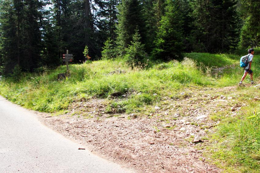 舗装された道路から登山道に入る分岐点