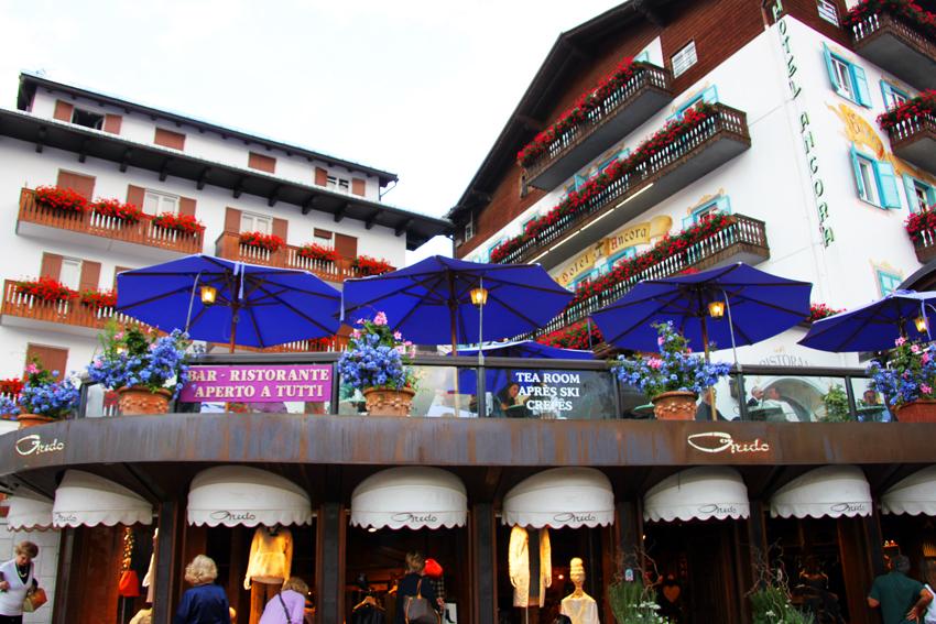 ホテルアンコルナと青いパラソルが綺麗なカフェテラス
