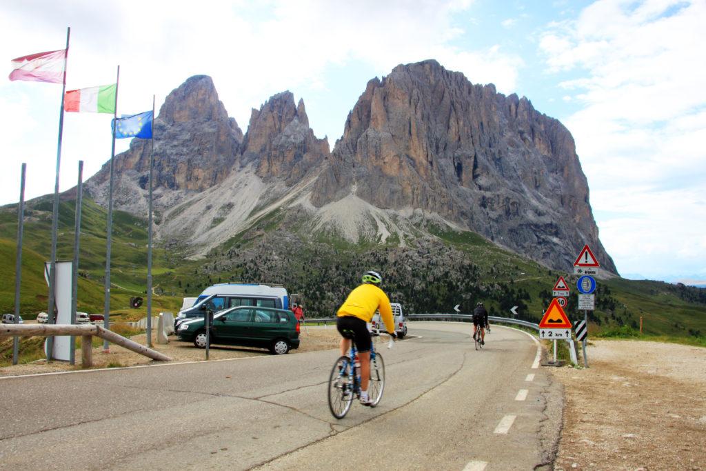 ドロミテでサイクリングを楽しむ人たち