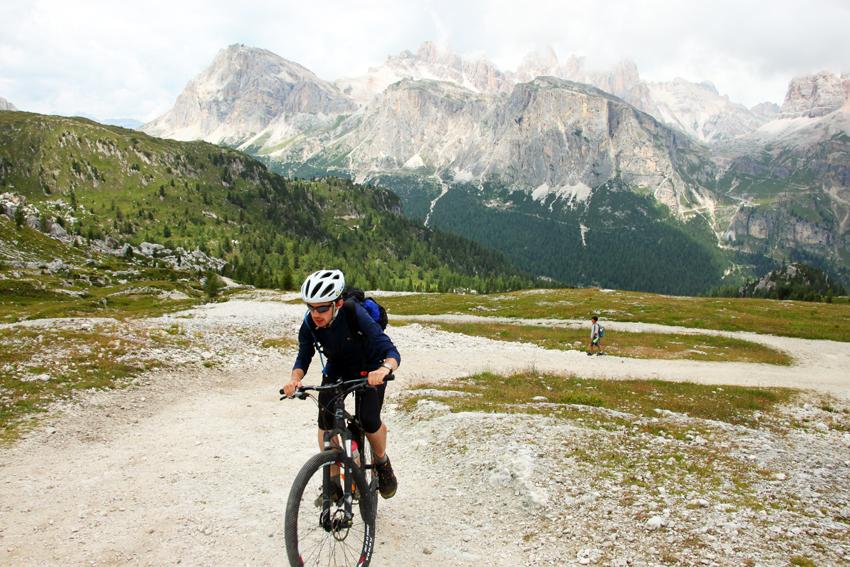 自転車を漕いで登る人