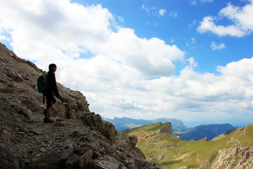 途中の岩場で遠くを見る次男