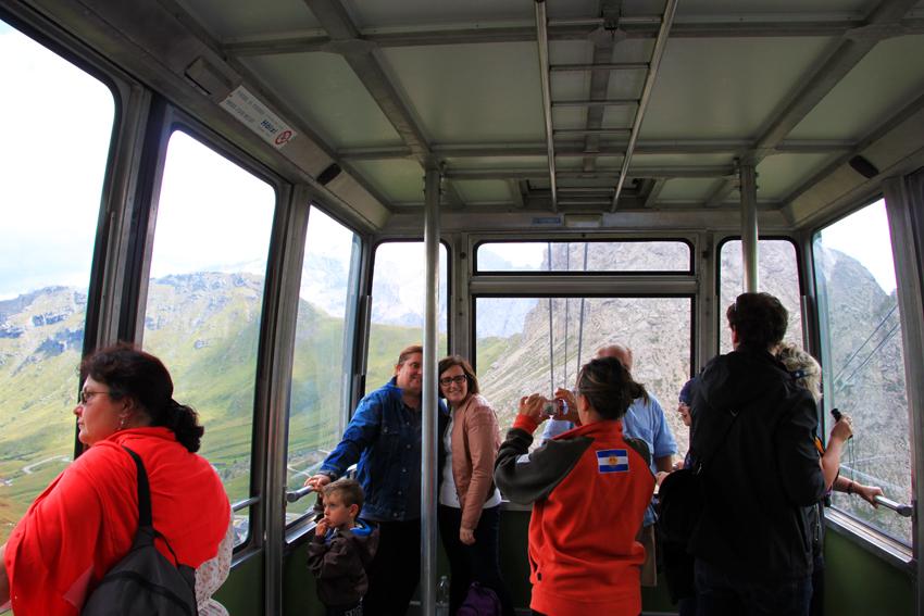 キャビンの中で写真撮影をする観光客たち