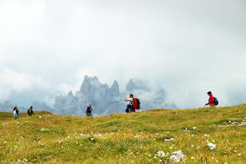 稜線をハイキングする人たち