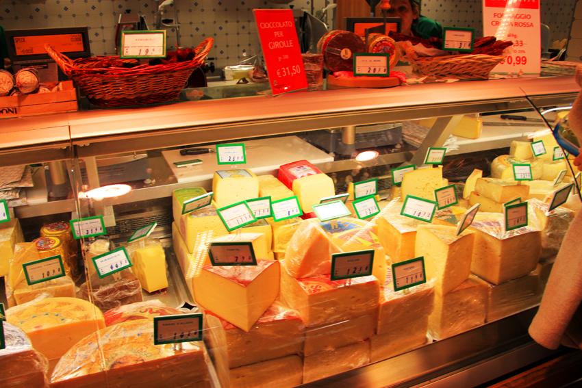 ラコーペラティヴァディコルチナのチーズ売り場