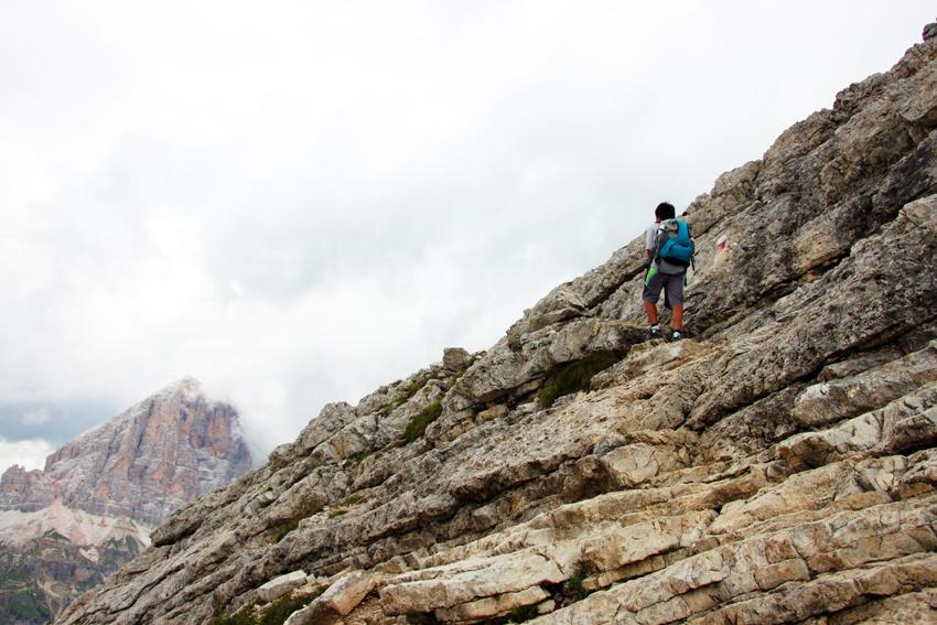 岩肌の崖を登る次男