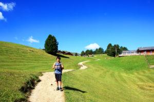 高原のトレイルを歩く子供