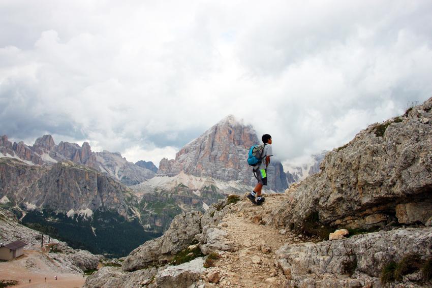 岩の間を登る次男