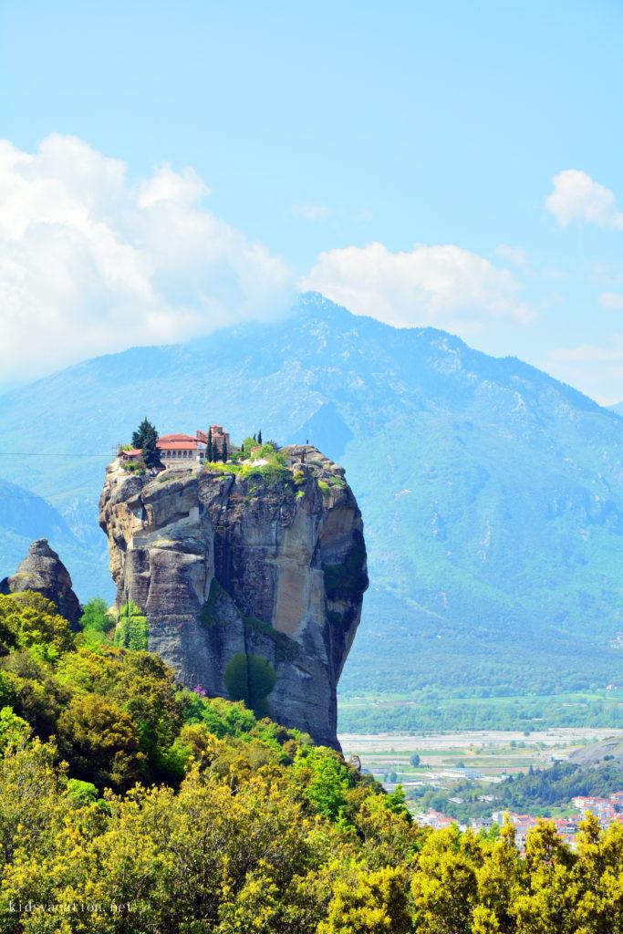 「宙に吊り上げられた」表現がぴったりのアギタトリアダ修道院
