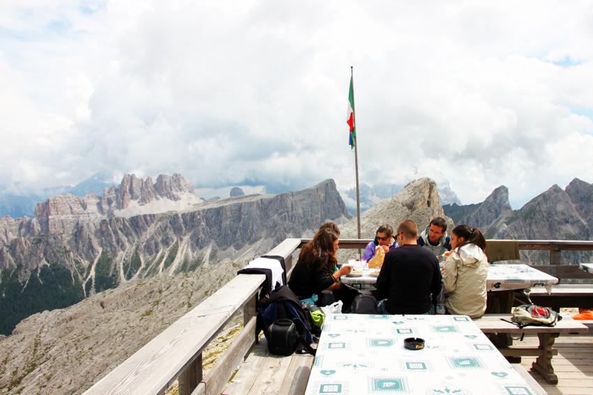 リフージョ・ヌヴォラウのテラス席で食事を楽しむグループ