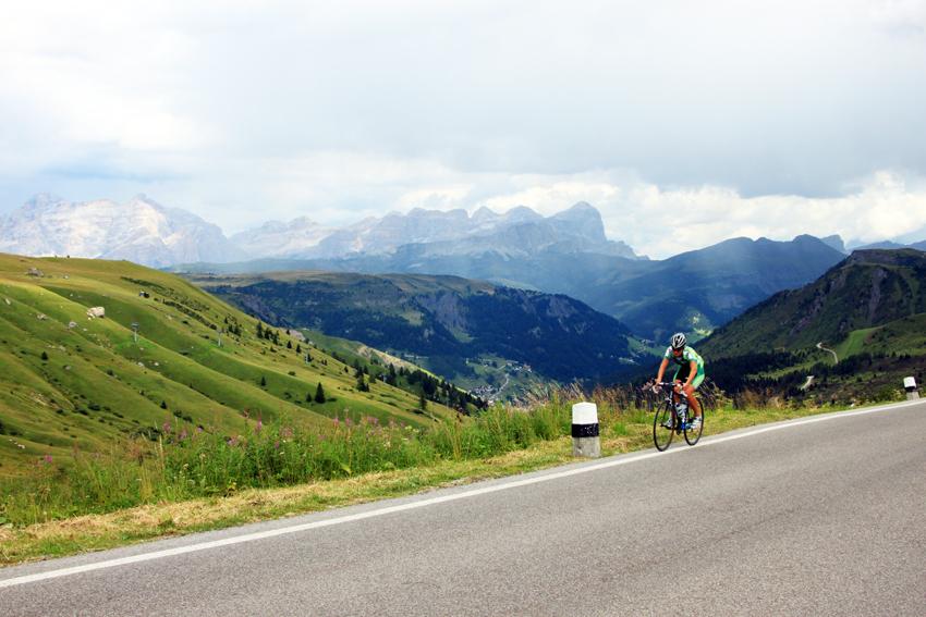 自転車で峠を登る人