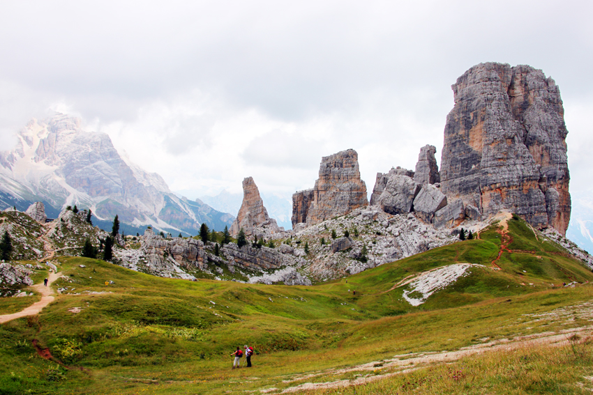チンクエトッリの周りをハイキングする登山客
