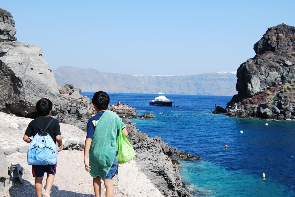 アモウディビーチを目指して歩く子供たち