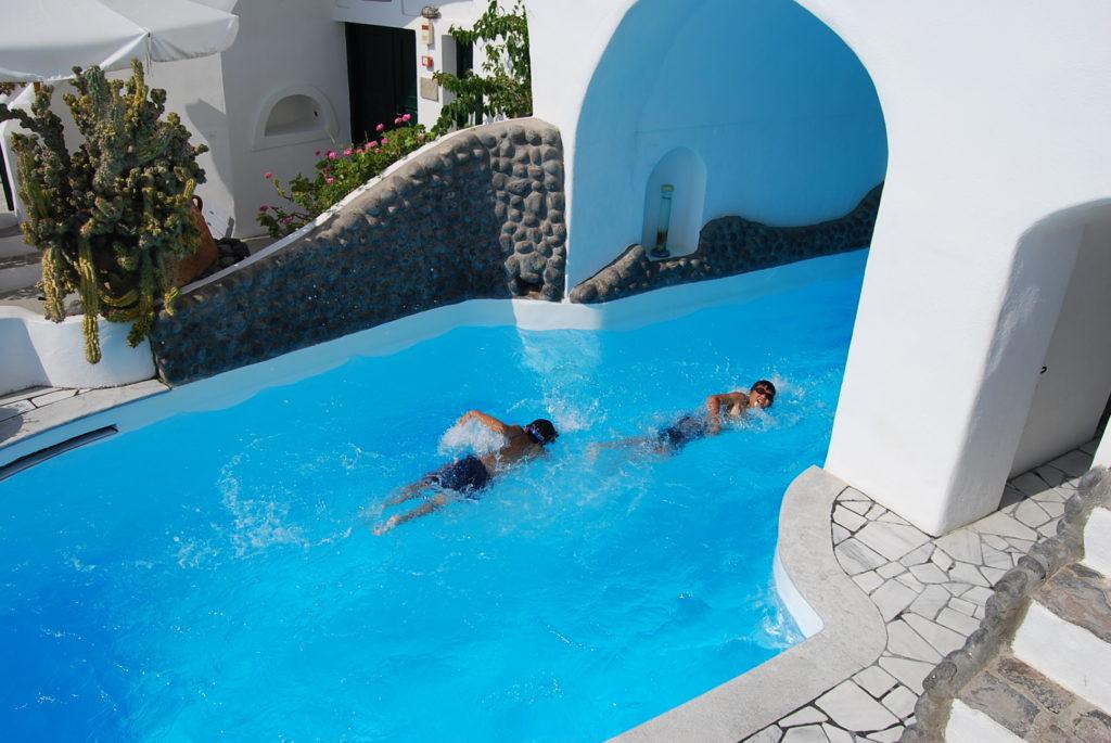 ファナリヴィラズのプールで楽しそうに泳ぐ子供たち