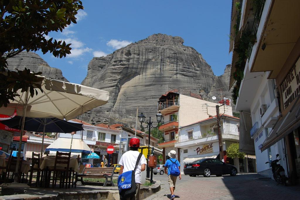 カランバカ駅前にそびえるメテオラの岩山群