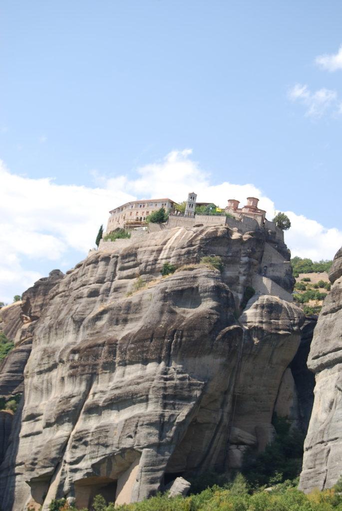 メテオラの奇岩の頂上に建つヴァルラーム修道院