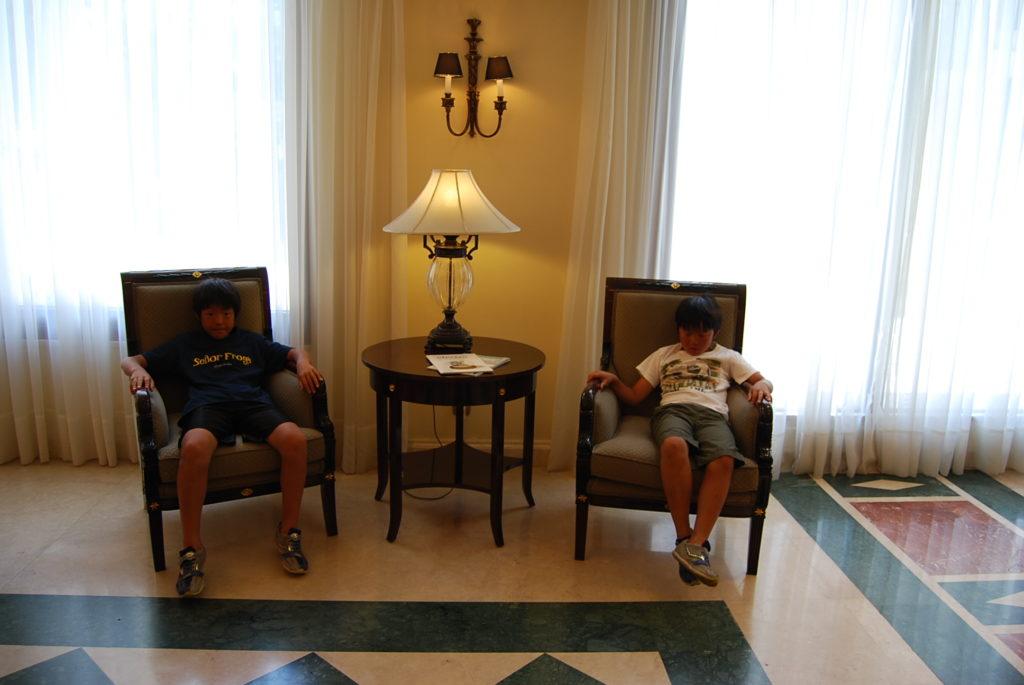 ロビーの椅子に座る子供達