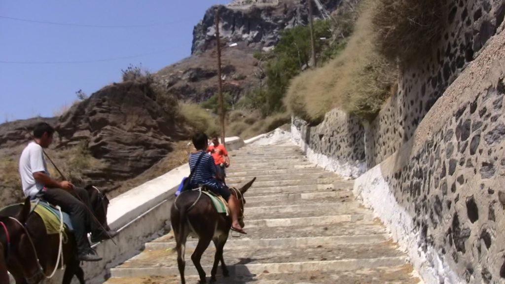 ロバに乗って階段を登る長男