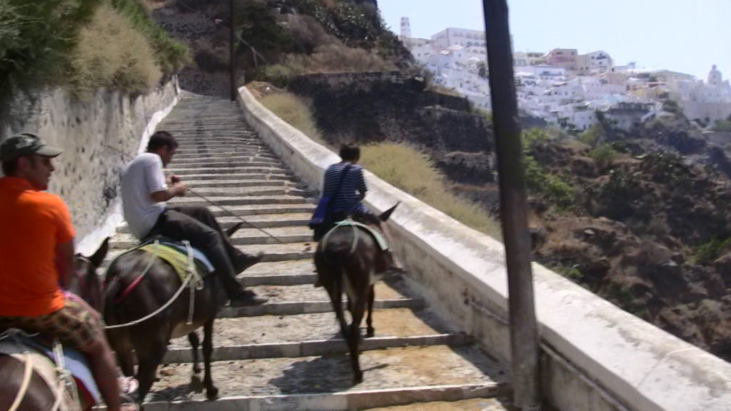 階段の上の方にフィラの白い街が見えて来た