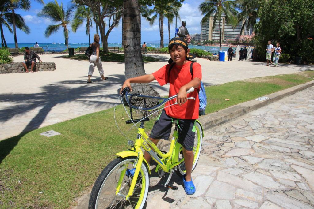 ワイキキビーチで自転車にまたがる次男