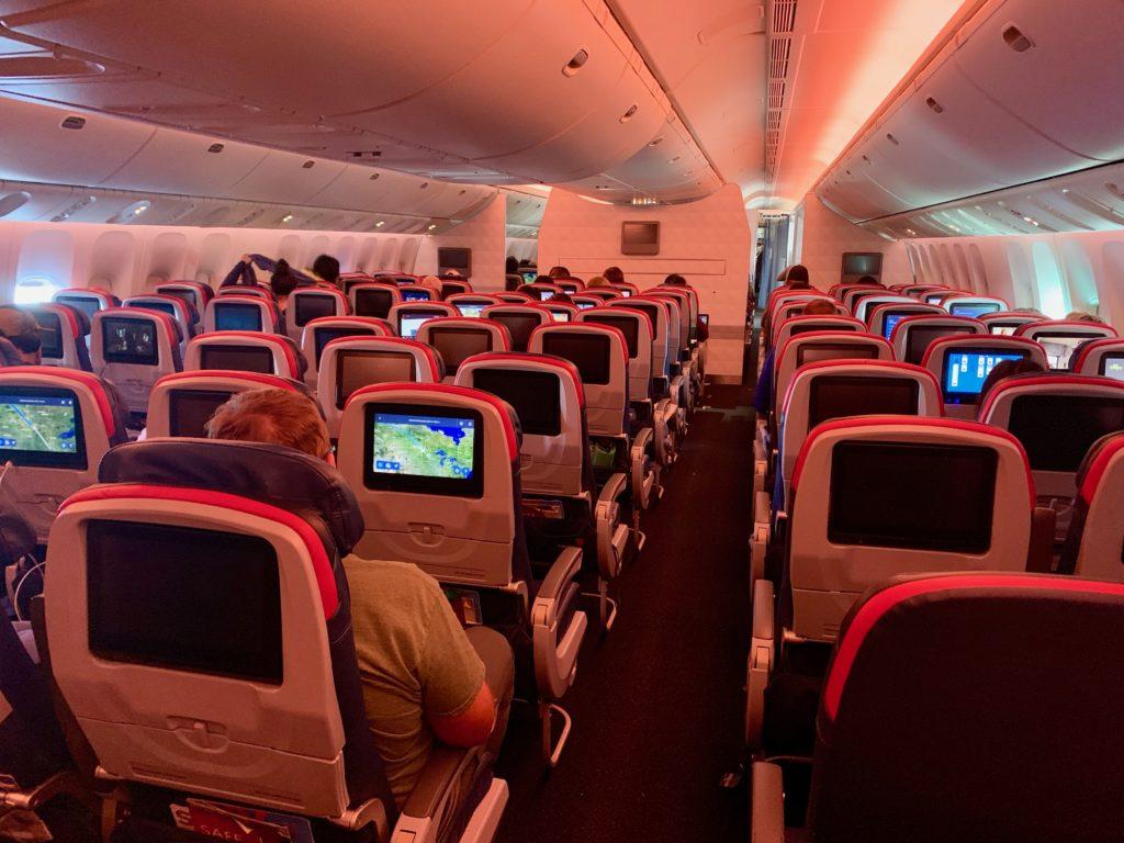 コンフォートプラスの座席。赤い縁取りが目印です