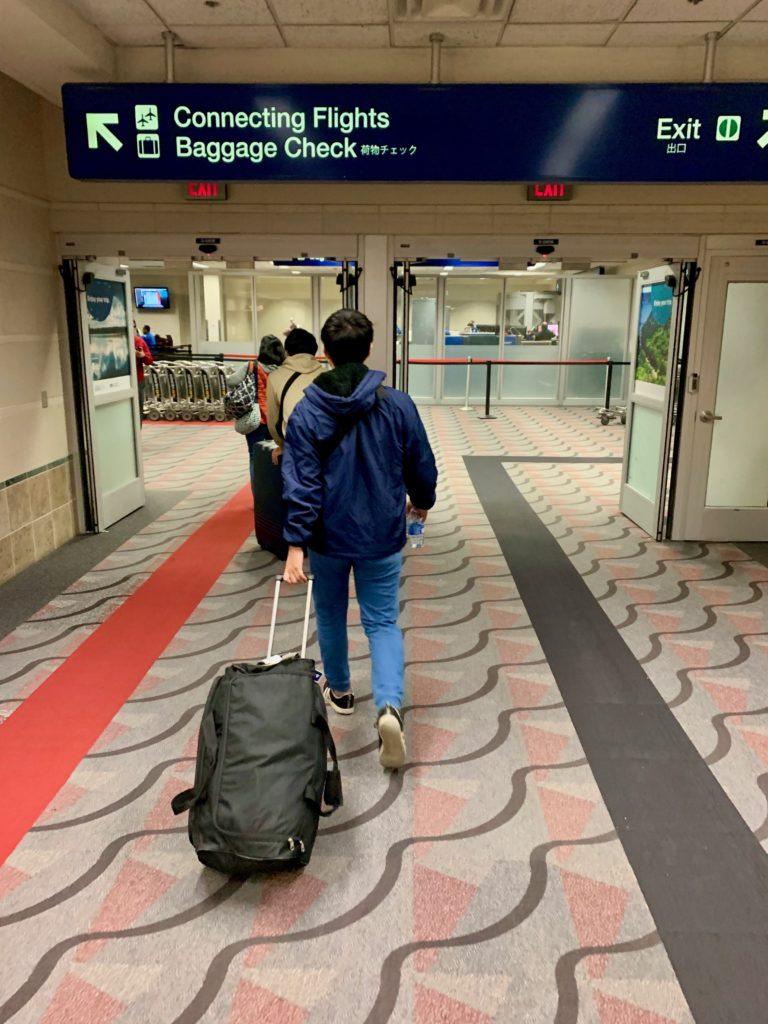 スーツケースを引っ張って歩く子供たち