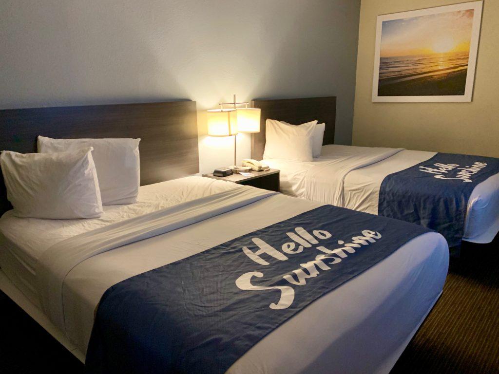 客室のクィーンサイズベッド