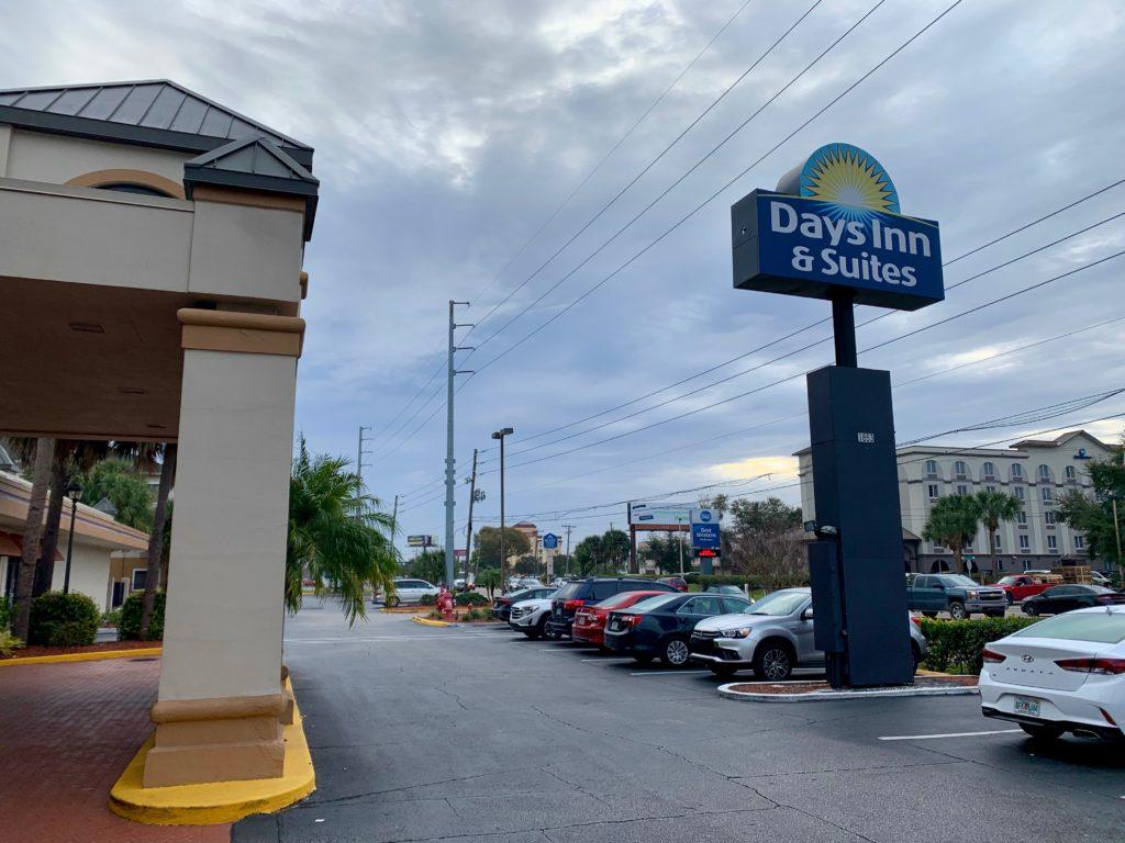 ホテルのメインエントランスと駐車場