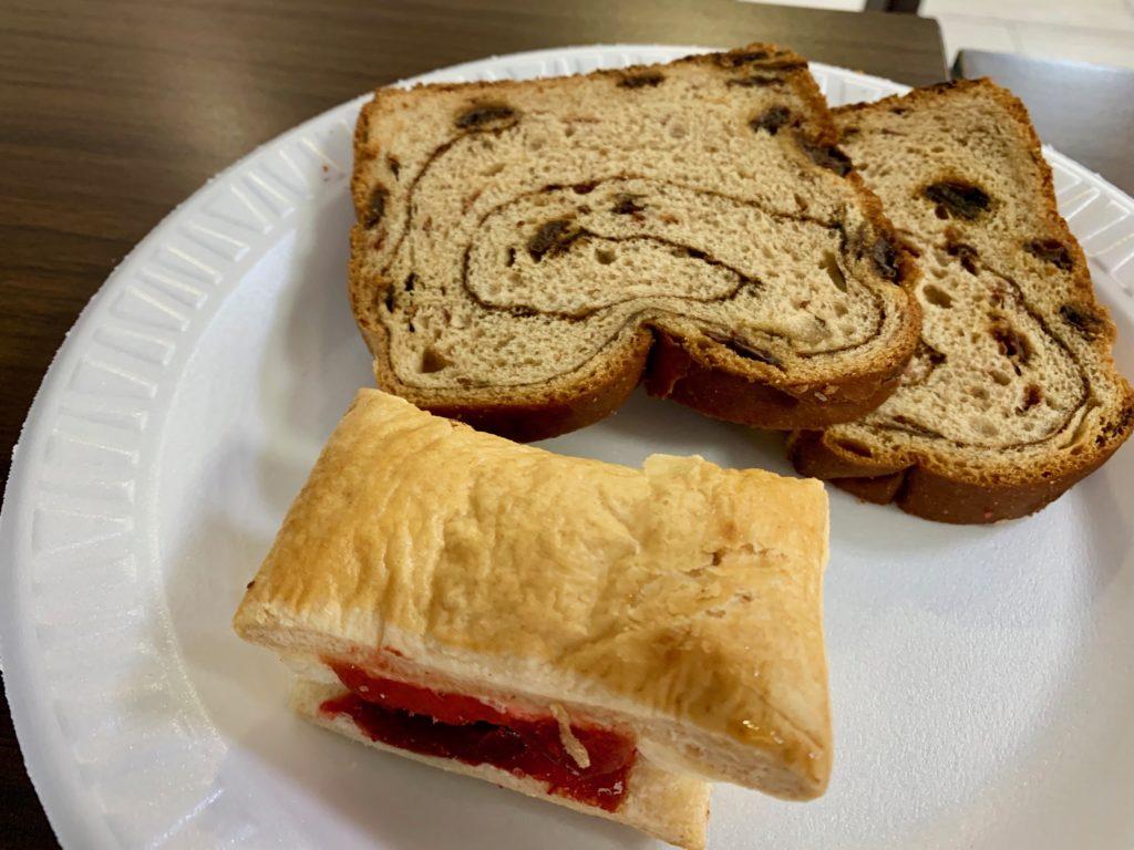 シナモンブレッドとパイ生地のラズベリージャムパン