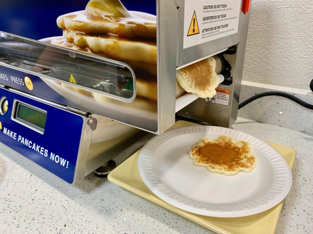 自動パンケーキ焼き機から焼きたてのパンケーキが出てきた