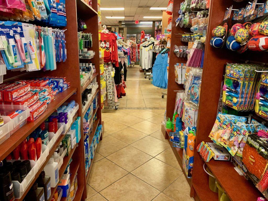 衣類やおもちゃ、日用品の棚