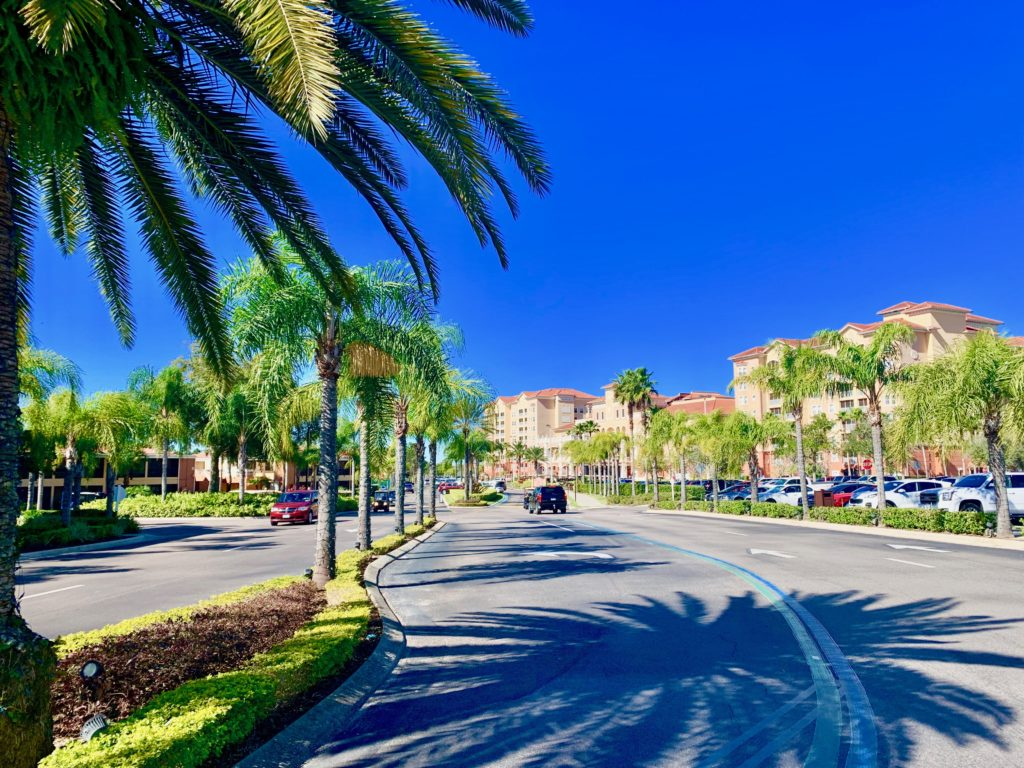ウェストゲートタウンセンターリゾートの入り口と椰子の並木道