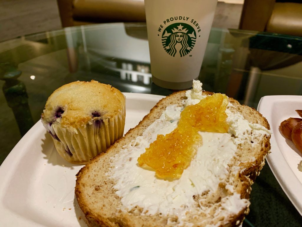クリームチーズとジャムを塗ったトーストとブルーベリーマフィンとスタバのコーヒー