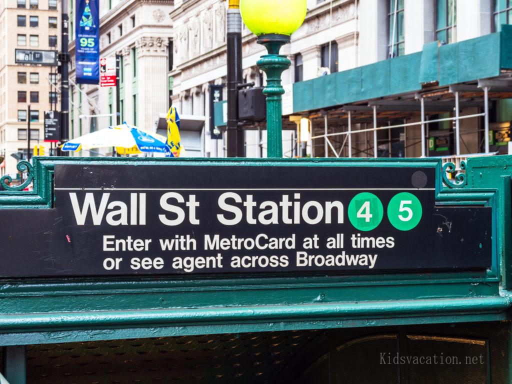 路線番号が表示されてる地下鉄「ウォール街駅」の入り口