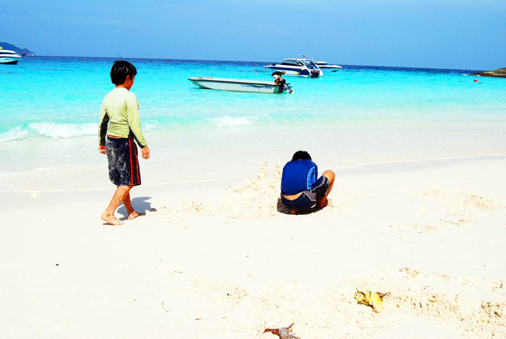 美しいビーチで遊ぶ子供たち