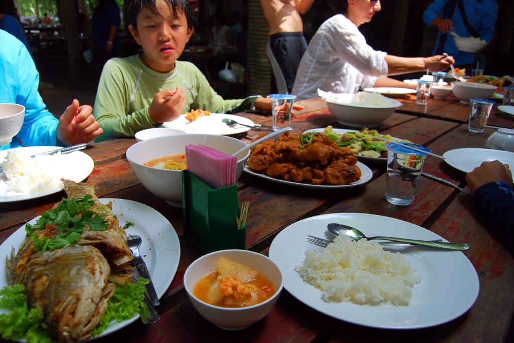 ミアン島でテーブルに並べられた料理