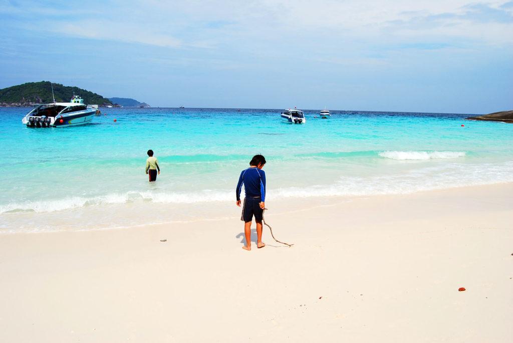 シミラン 諸島のビーチで遊ぶ子供たち