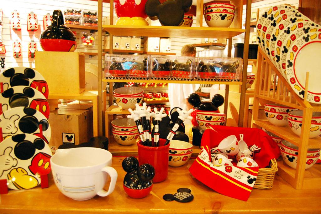 ディズニーキャラのキッチン用品が並ぶミッキーズパントリーの店内