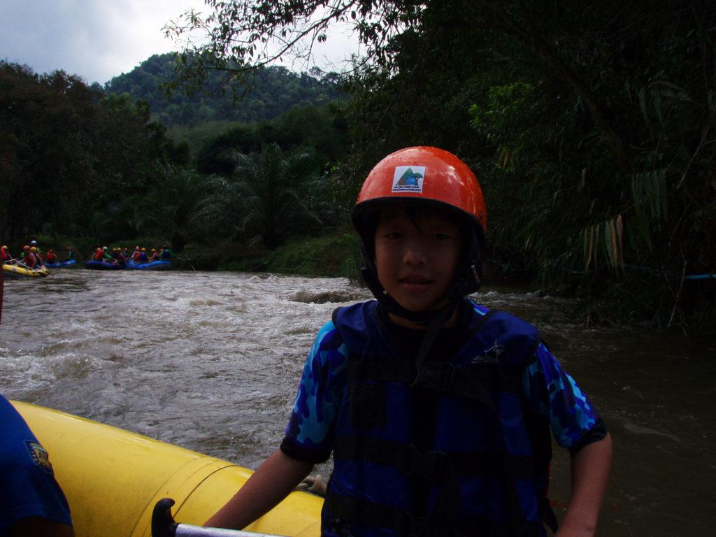 川の上で待機する時に撮った長男のスナップ写真