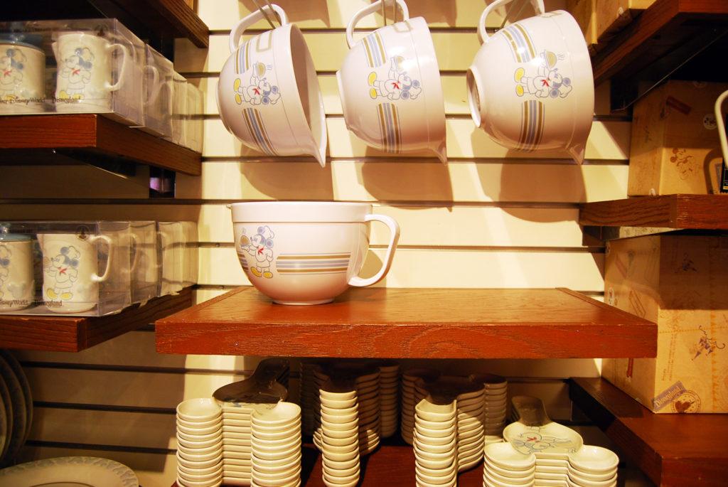 スープを注ぐ白いカップとミッキーのデザインが入ったシュガー&ミルク入れ